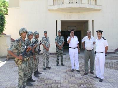 صورة قوات من الشرطه والجيش تسلم 12 وحدة سكنية مغتصبة لشركة بالعاشر