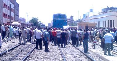 صورة مصرع شقيقين بعد اصطدام قطار بسيارة نقل في الشرقية