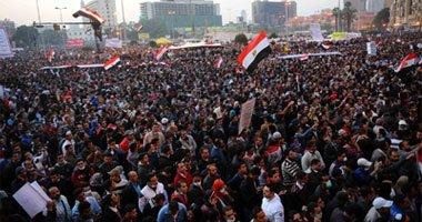 """صورة العشرات يطوفون """"التحرير"""".. ويؤكدون رفضهم لـ""""الدستورى المكمل"""""""