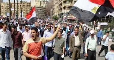 صورة الوزراء يخرجون من الباب الخلفي للمجلس بعد حصار مئات المتظاهرين لهم