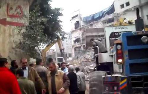 صورة محافظ الإسكندرية: العقار المنهار تم تشييده بدون ترخيص.. ومحاولات الانقاذ تتواصل منذ السادسة صباحا