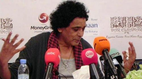صورة منير يحقق أمنية متسابق آراب آيدل ويغني معه