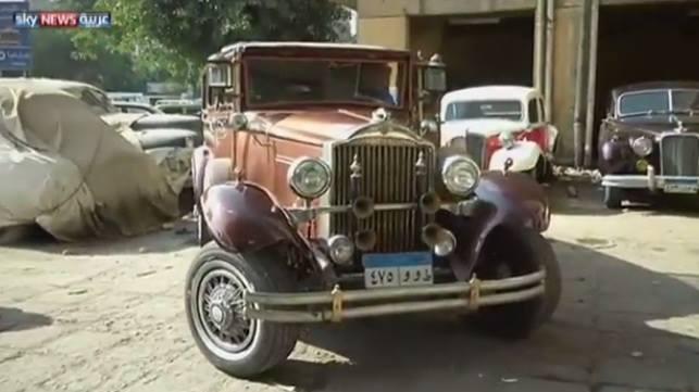 بالفيديو الأسطى كرم يعيد السيارات الكلاسيكية القديمة الى