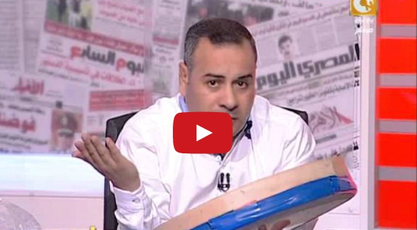 صورة بالفيديو.. جابر القرموطي يظهر بـ«غربال» على الهواء لتقييم أداء الحكومة