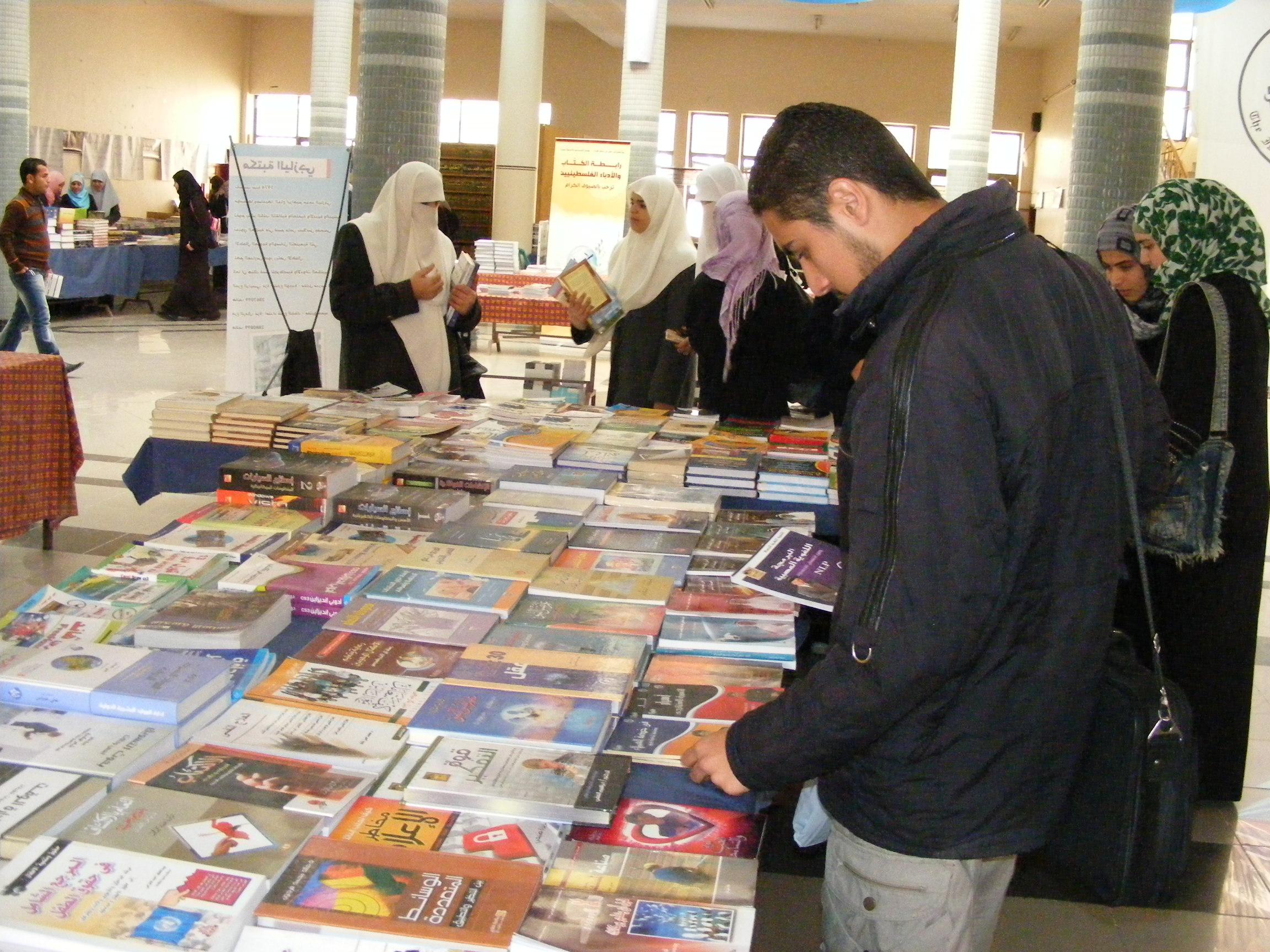 صورة كتاب للحديث عن إنجازات أمير الكويت بمعرض القاهرة الدولي