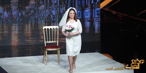 صورة أول متسابقة بفستان الفرح بمذيع العرب