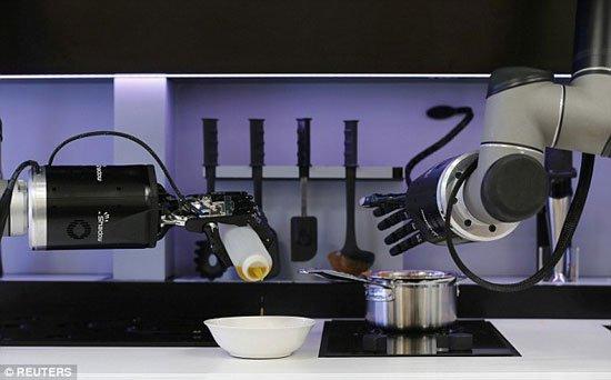 صورة علماء بريطانيون يبتكرون أول روبوت طباخ فى العالم