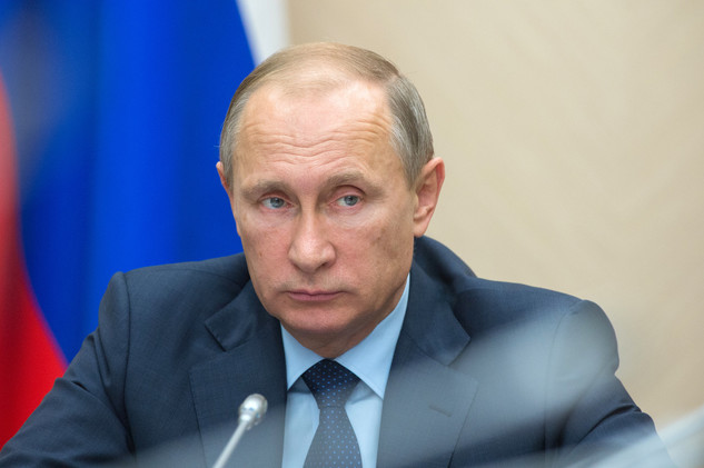 صورة بوتين يوقع مرسوماً مؤقتاً بحظر رحلات الشركات الجوية الروسية إلى مصر