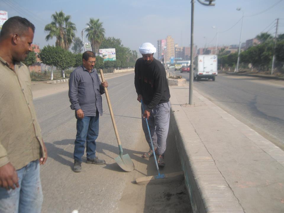 صورة إدارة تحسين البيئة تقوم بأعمال النظافة بطريق منيا القمح بنها