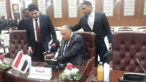 صورة وزير الخارجية يلقى بميكروفون الجزيرة أرضا باجتماع سد النهضة بالخرطوم