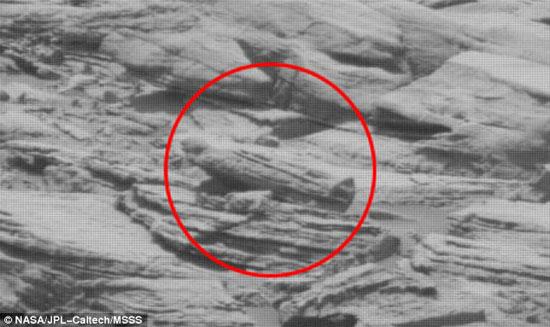 صورة علماء يرصدون جسماً غريباً على المريخ يشبه تابوت المومياء الفرعونية