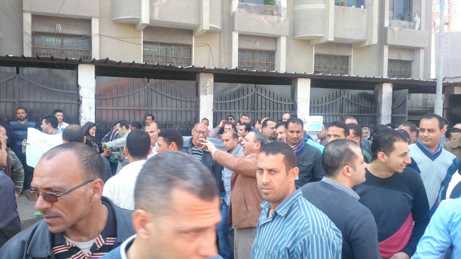 صورة بالصور .. وقفة احتجاجية لموظفي شركة المياه والصرف الصحي بالشرقية