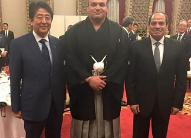 صورة السيسي يلتقي في طوكيو بطل السومو المصري الملقب بعاصفة الصحراء