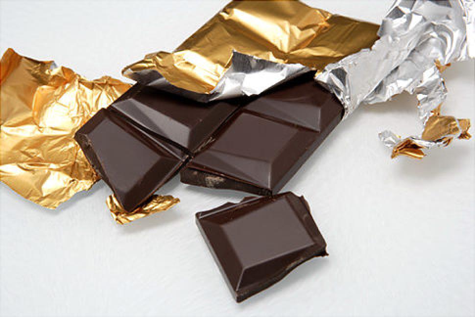 صورة قطعة من الشوكولاتة الداكنة تساعدك على النوم الهادئ