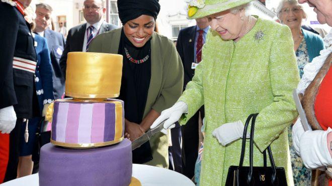 صورة مسلمة تعد كعكة عيد الميلاد الـ90 لملكة بريطانيا