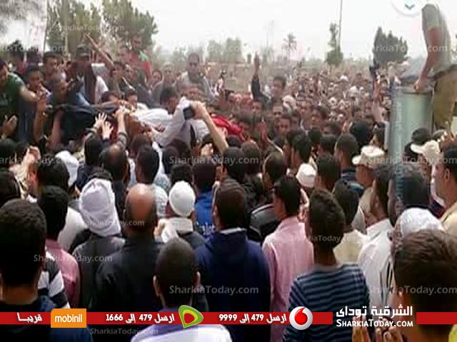 صورة أهالي قرية قصاصين الأزهار بأولاد صقر يشيعون جثمان شهيد أحداث الشيخ زويد