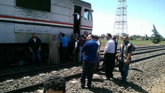 صورة مواطن يلقى بنفسه وأطفاله أمام قطار هربا من الفقر بمحطة رمسيس