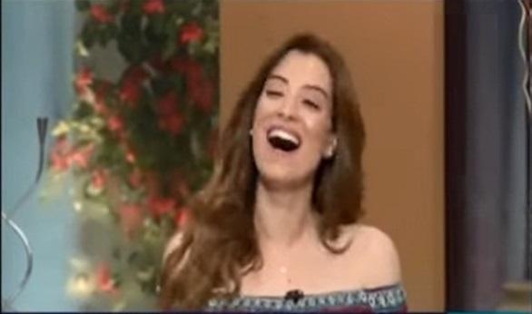 صورة مذيعة تغني الدنيا ربيع على الهواء وتقلد سعاد حسني