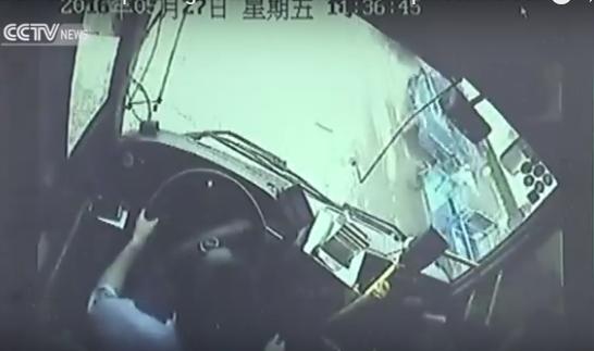 صورة بالفيديو ..سائق حافلة يضحي بنفسه من أجل إنقاذ الركاب 