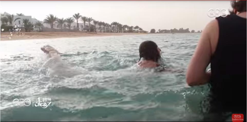 صورة بالفيديو .. تعرف كيف تم تصوير مشهد غرق نيللي كريم في البحر بـ «سقوط حر»