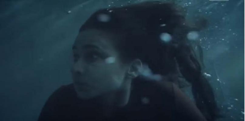 صورة بالفيديو .. لحظة إغراق نيللي كريم في سقوط حر