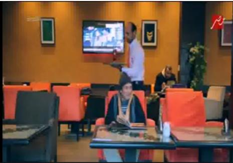 صورة بالفيديو.. رد فعل عنيف تجاه جرسون طرد فقير من مطعم في برنامج «الصدمة»