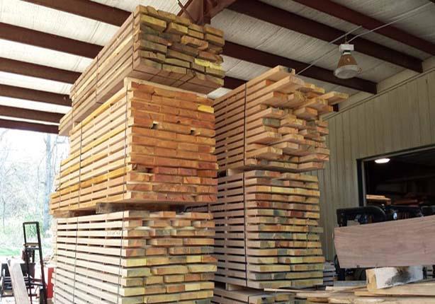 صورة ارتفاع جنوني لأسعار الأخشاب يهدد صناع الأثاث بدمياط والسبب الدولار