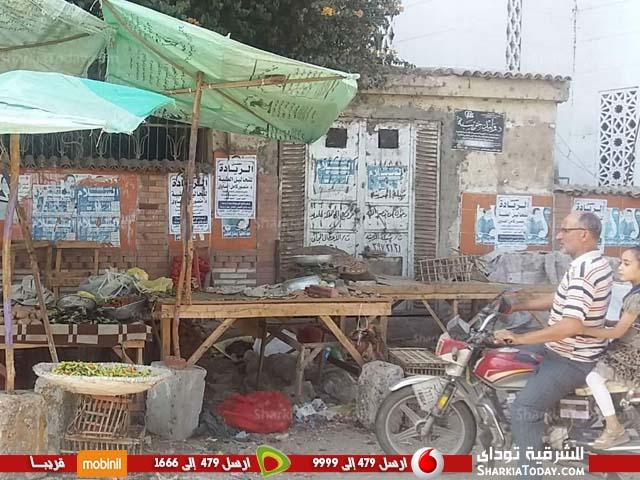 صورة بالصور .. أهالي فاقوس يطالبون بنقل الباعة الجائلين من أمام مسجد شمعه