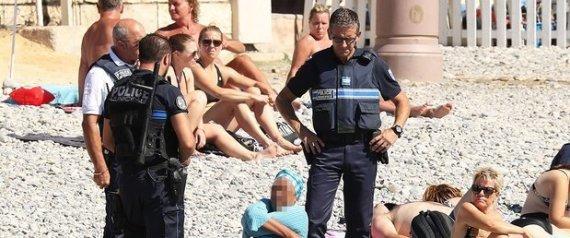 الفرنسية تجبر امرأة على خلع البوركيني على شواطئ نيس صور