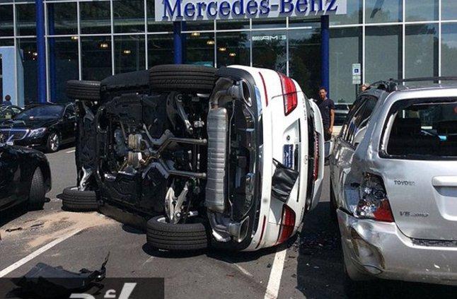 صورة امرأة تحطم سيارتها المرسيدس الفارهة بعد 6 ثوانٍ فقط من قيادتها لأول مرة