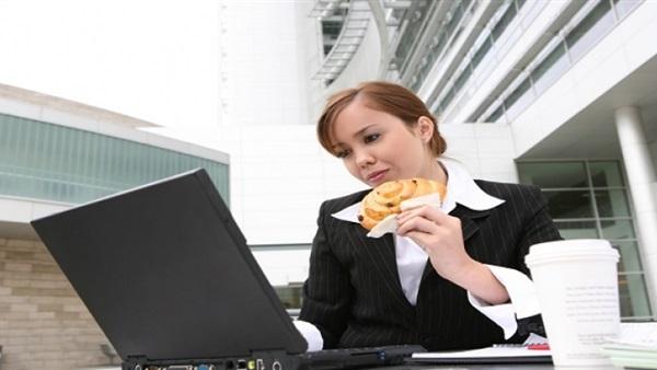 صورة خبراء: تناول أطعمة محددة تجعل أداءك في العمل أفضل
