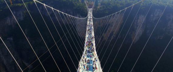 .. لمحبّي المغامرة، الصين تفتتح جسراً زجاجياً جديداً.. يُعد الأطول في العالم
