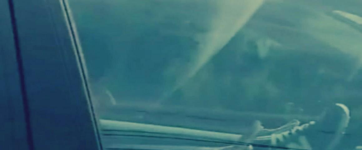 تعرض حياتها للخطر بسبب هاتفها المحمول تقود سيارتها بطريقة غريبة