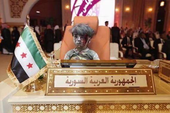صورة كأنه في قمة عربية أو مجلس الأمن.. طفل سوري يخرج من تحت الأنقاض ليبكى من شاهدوه