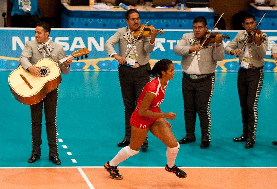 صورة لاعبة حامل تشارك مع منتخب بورتوريكو للكرة الطائرة بأولمبياد 2016