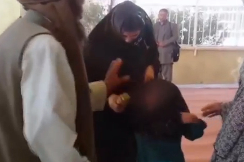 صورة بالفيديو..تزويج طفلة 6 سنوات لمسنّ عمره 55 عاماً.. مُقابل معزة وأرز وشاي بأفغانستان