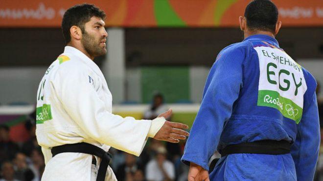 صورة بالفيديو.. إسلام الشهابي يفجر مفاجأة عن عدم مصافحته للاعب الإسرائيلي