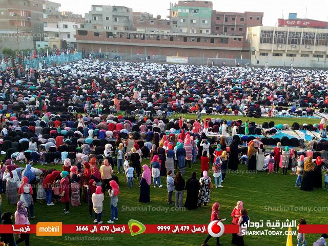 المواطنين يؤدون صلاة العيد بالساحة الشعبية بديرب نجم
