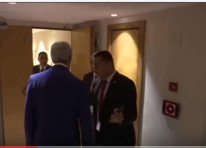 صورة بالفيديو .. حارس السيسي لـ«كيري»: «معاك موبايل بكاميرا»