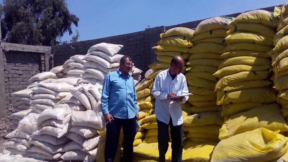 صورة ضبط تاجرين لبيعهما الأسمدة الزراعية بدون ترخيص بالقنايات