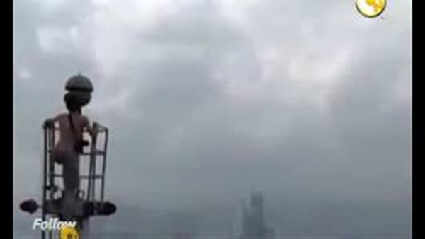 صورة شاب يتسلق أعلى برج في «هونج كونج» في 8 دقائق
