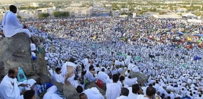 صورة بالفيديو .. حجاج بيت الله الحرام يكسون جبل عرفات باللون الأبيض