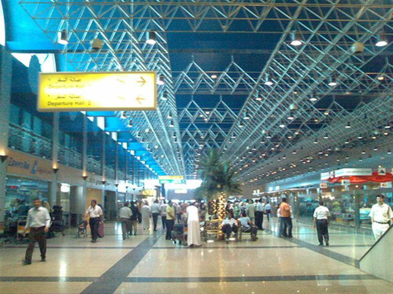 صورة فاجعة لأسرة مصرية تهز مطار القاهرة