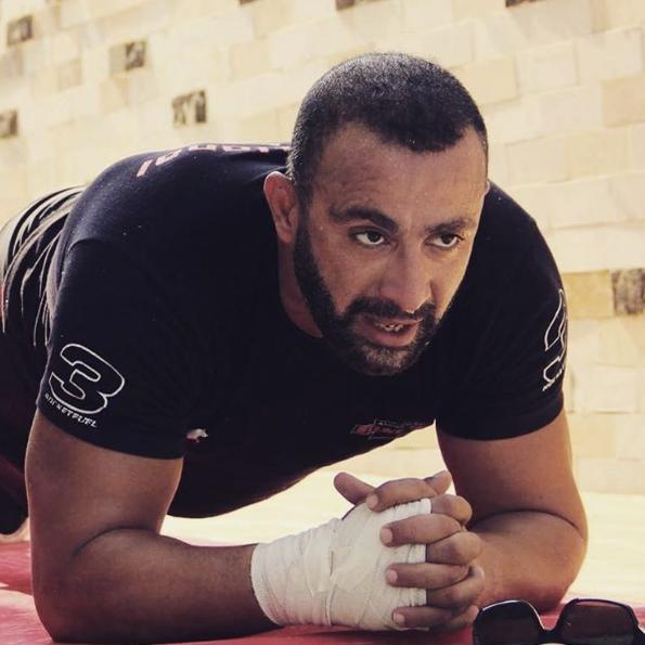 صورة «أحمد السقا» يتحدى نفسه استعداداً لـ «هبوط إضطرارى»