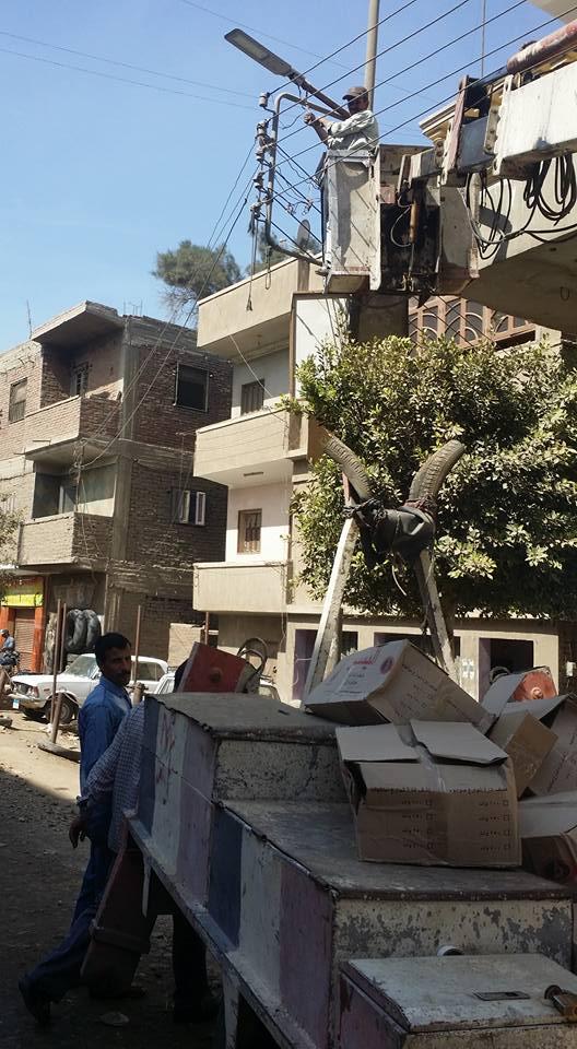 صورة بمساعدة الأهالي إنارة طرق قرية كفر الأشرف بالزقازيق