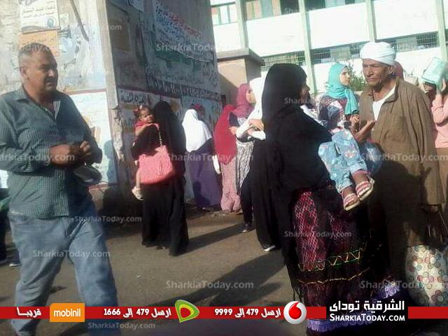صورة زحام طلبة فاقوس بسبب قلة سيارات الجامعة ومشاحنات بسبب تعريفة الركوب