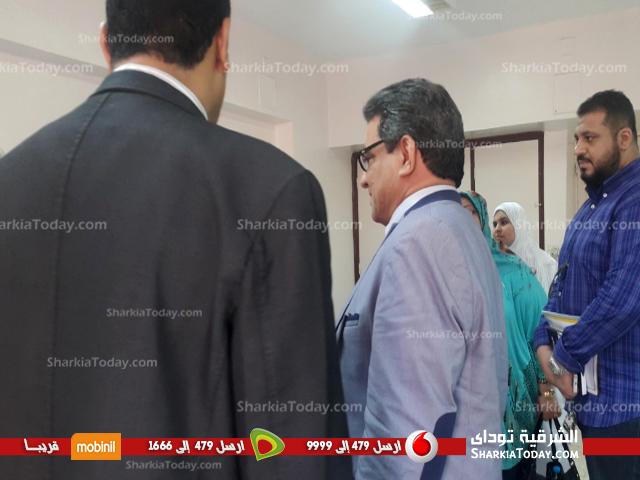 صورة عميد كلية الآداب ووفد من الجامعة في زيارة للطالبتان علياء وفاطمة