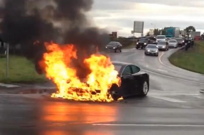 صورة تعرف كيف تتعامل بحرفية مع حوادث احتراق السيارات