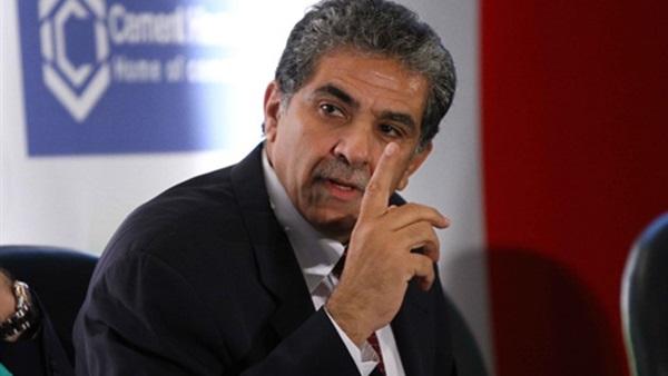 صورة وزير البيئة: أجهزة بجميع مصانع الأسمنت لرصد التلوث في الهواء