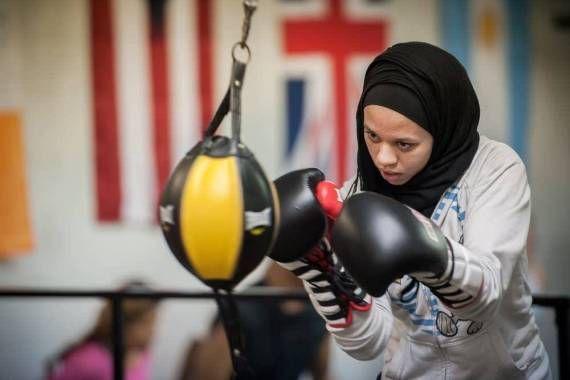 صورة أمريكية تهدى الفوز ببطولة ملاكمة لمسلمة بعد استبعادها بسبب الحجاب